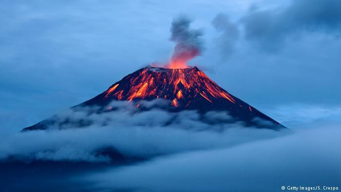 Leuchtende Lavaströme Tungurahua Vulkan (Getty Images/S. Crespo)