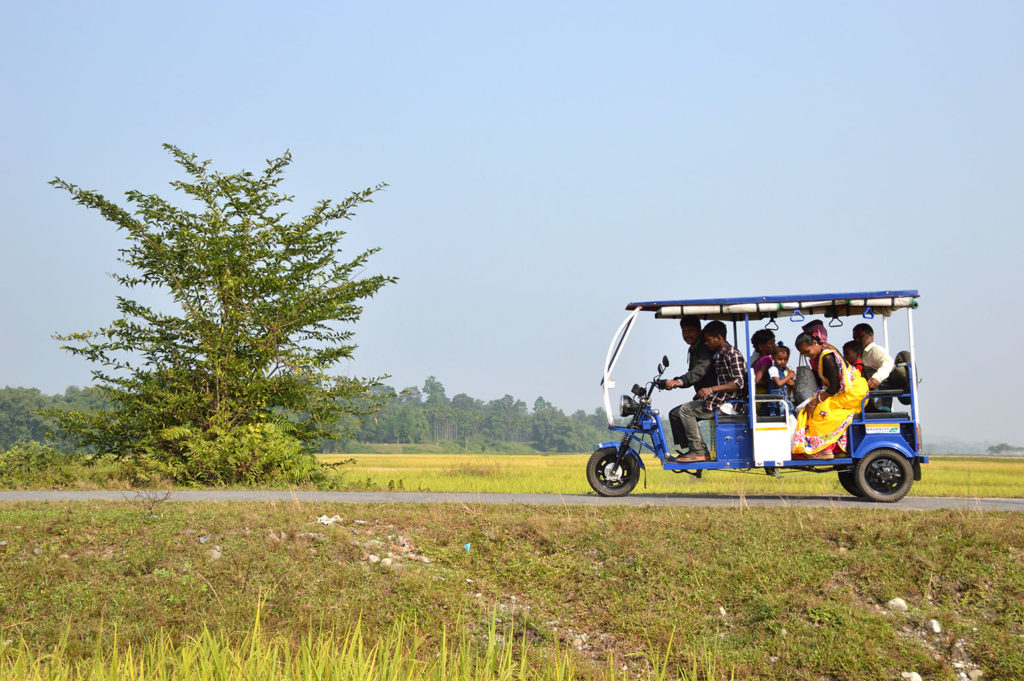 Electric Rickshaw carrying villagers at Mangalbari bustee, Chalsa in Jalpaiguri district of West Bengal, India. Credit: Biswarup Ganguly / Alamy Stock Photo. R700AX