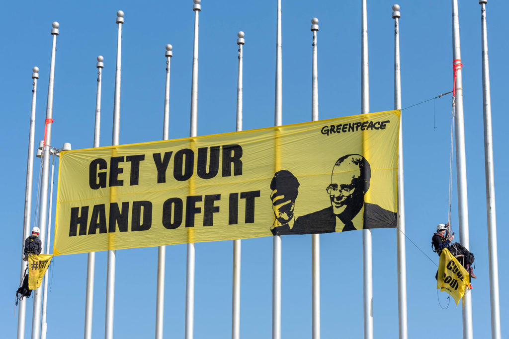 Greenpeace protesters suspend a banner from Parliament House, depicting Prime Minister Scott Morrison, holding a piece of coal. Canberra, Australia, 10 Sep 2018. Credit: Sam Nerrie / Alamy Stock Photo. PJYRJX