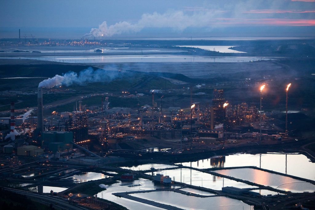Syncrude and Suncor oil sands mine sites near Fort McMurray, Alberta, Canada. Credit: Cavan / Alamy Stock Photo. BPRET4
