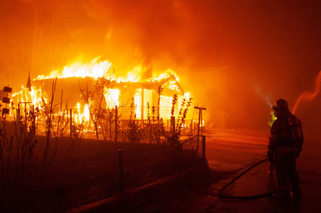 Firefighters battle a blaze in Goseong, South Korea on 5 April 2019. Credit: Xinhua / Alamy Stock Photo. T30X9R