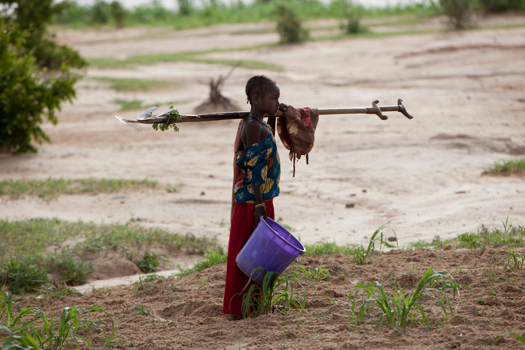 Girl-returning-from-a-days-work-on-a-large-farm-in-Niger-West-Africa