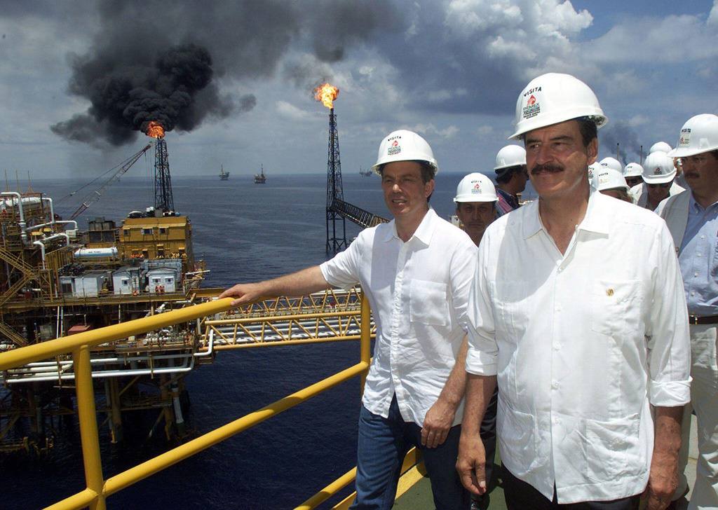 Mexican President Vicente Fox and British Prime Minister Tony Blair walk along an oil rig in Cantarell oil field