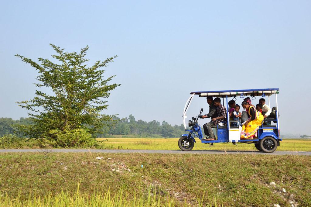 Electric Rickshaw carrying villagers at Mangalbari bustee, Chalsa in Jalpaiguri district of West Bengal, India. Credit: Biswarup Ganguly / Alamy Stock Photo. R700AX