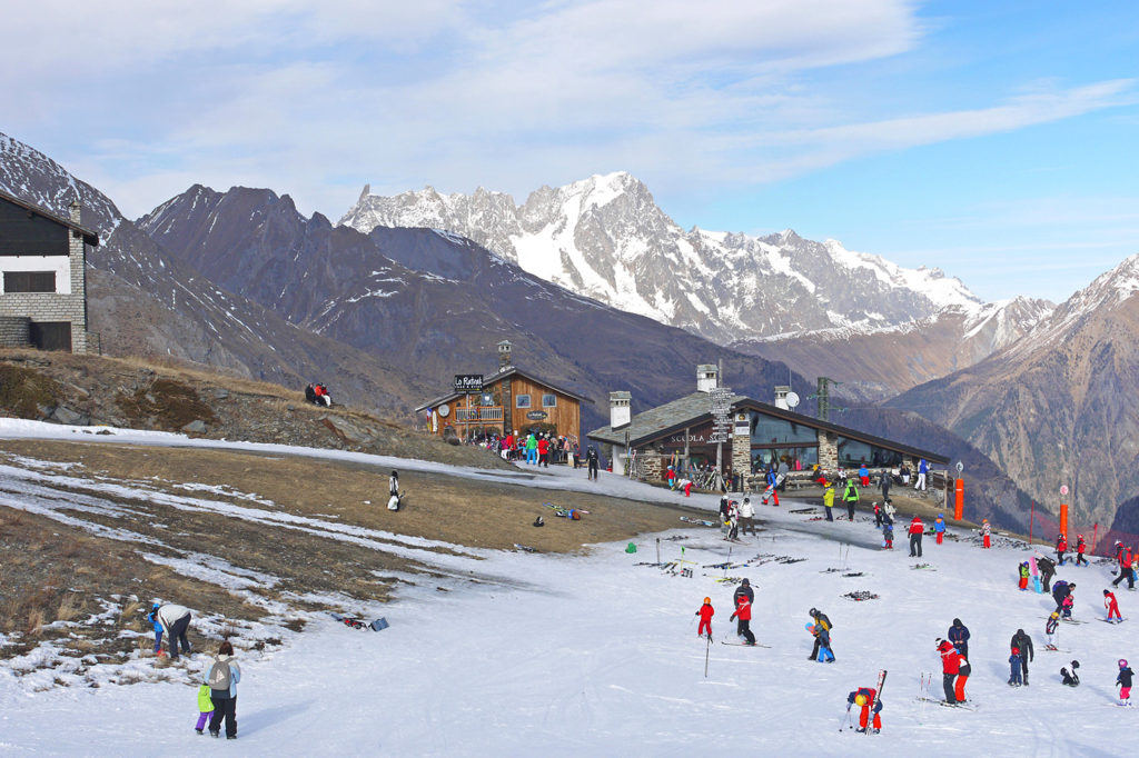 Lack of snow in La Thuile ski resort, Italy, December 2015. Credit: StockShot / Alamy Stock Photo. FB4GY2