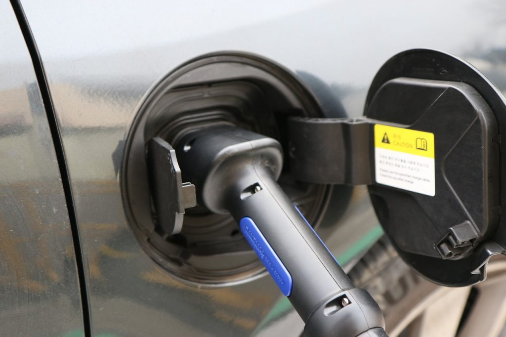 Electric car charging Photo: whodol / Pixabay