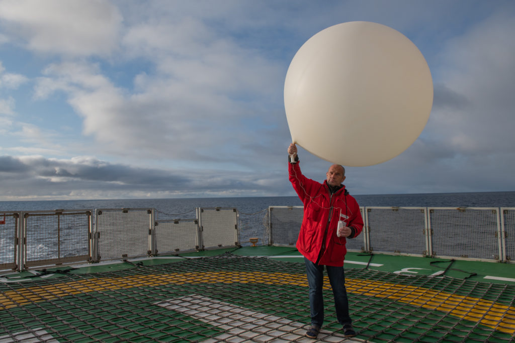 Juergen Graeser launches a weather balloon on the helicopter deck of Polarstern. September 22, 2019, Esther Horvath